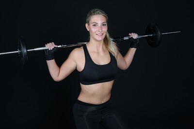 Frau beim Kniebeugen Krafttraining für Frauen